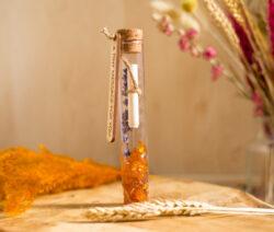 Mini flessenpost met oranje steentjes, lavendel en een briefje