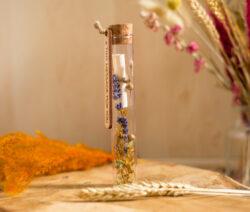 Mini flessenpost met droogbloemen en een briefje