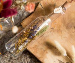 Flessenpost met droogbloemen
